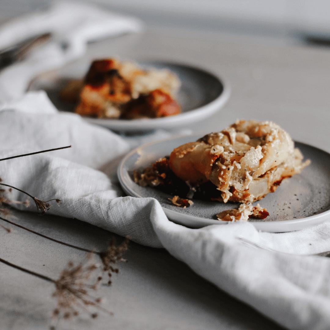 Teller mit Kartoffel Rosenkohl Auflauf. Einfaches Rezept ohne Vorkochen