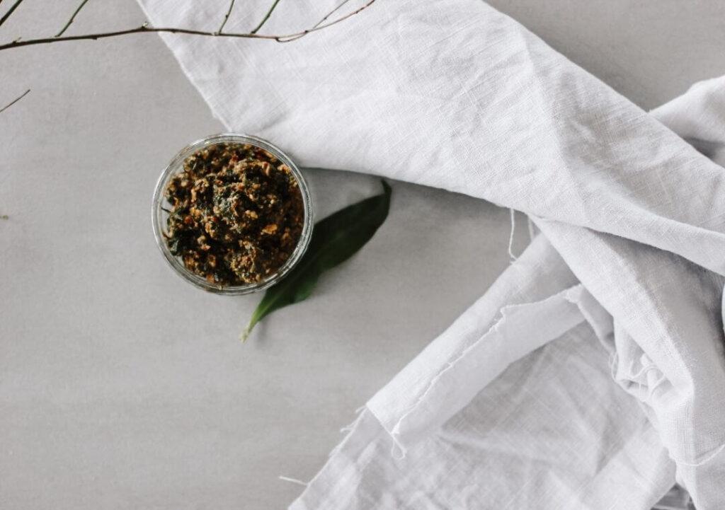 Bild mit Schale gefüllt mit selbstgemachten Bärlauch Pesto