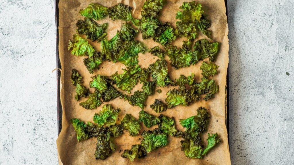 Kale-Chips auf einem Backblech