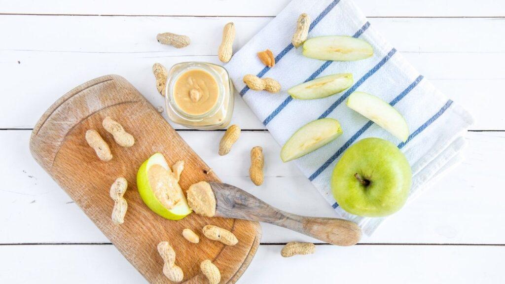 Apfelspalten mit Erdnussbutter